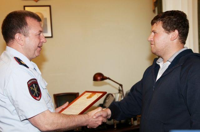 Генерал Бородин наградил екатеринбуржца за задержание грабителя