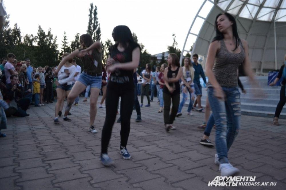 Под занавес праздника участники проекта «Молодёжь могёт» устроили танцевальный флешмоб.