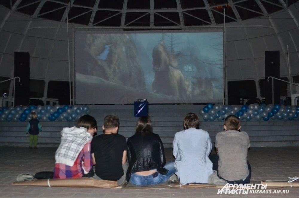 …или перед экраном, чтобы посмотреть яркий и весёлый фильм со смыслом.