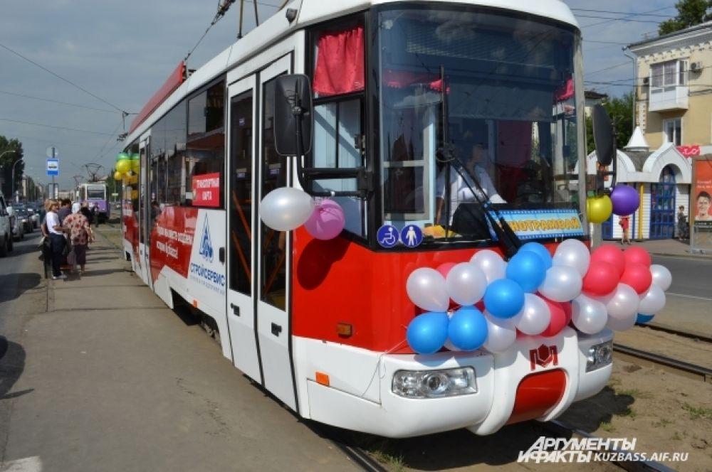 Трамвай №10, украшенный воздушными шариками, отправился по привычному маршруту в два часа дня.
