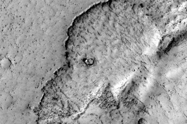 Камера HiRISE космического аппарата NASA Mars Reconnaissance Orbiter передала на Землю фото с поверхности Марса, на которых видны очертания головы слона.