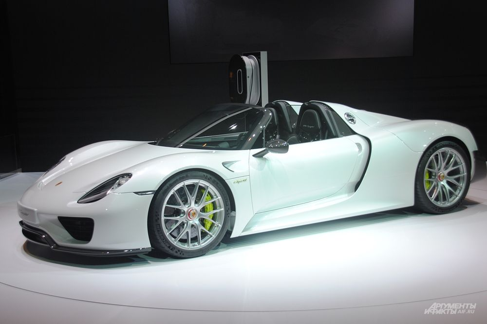 Компания Porsche представит на ММАС 2014 сразу две российские премьеры: Porsche Macan и суперспорткар Porsche 918 Spyder. Porsche 918 Spyder стал первым в мире автомобилем, имеющим допуск к эксплуатации на дорогах общего пользования, который проехал Северную петлю гоночной трассы Нюрбургринг менее чем за семь минут.