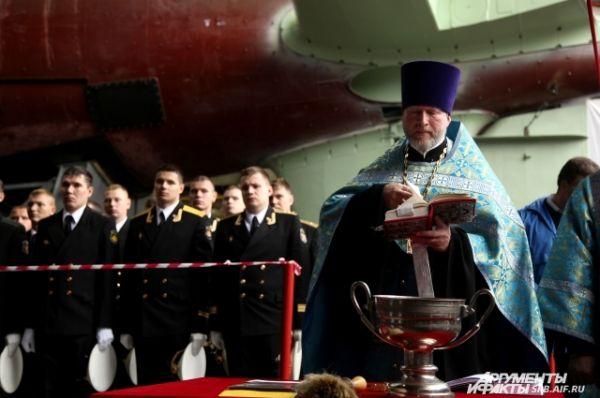 Подлодку освящает настоятель Николо-Богоявленского морского кафедрального собора протоиерей Богдан Сойко.