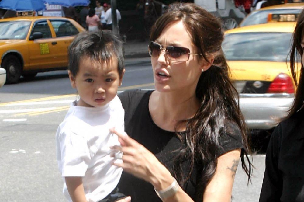 К этому времени у Джоли уже был сын Мэддокс, усыновленный актрисой в 2002 году в Камбодже еще грудным, и дочь Захара, которую Джоли удочерила летом 2005 года в Эфиопии. В это время Питт был женат на актрисе известного американского телесериала «Друзья» Дженнифер Энистон.