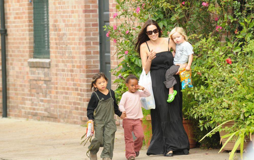 27 мая 2006 года В Намибии у звездной пары родилась дочь Шайло Нувель. Еще раньше Питт подал документы об усыновлении Мэддокса и Захары.