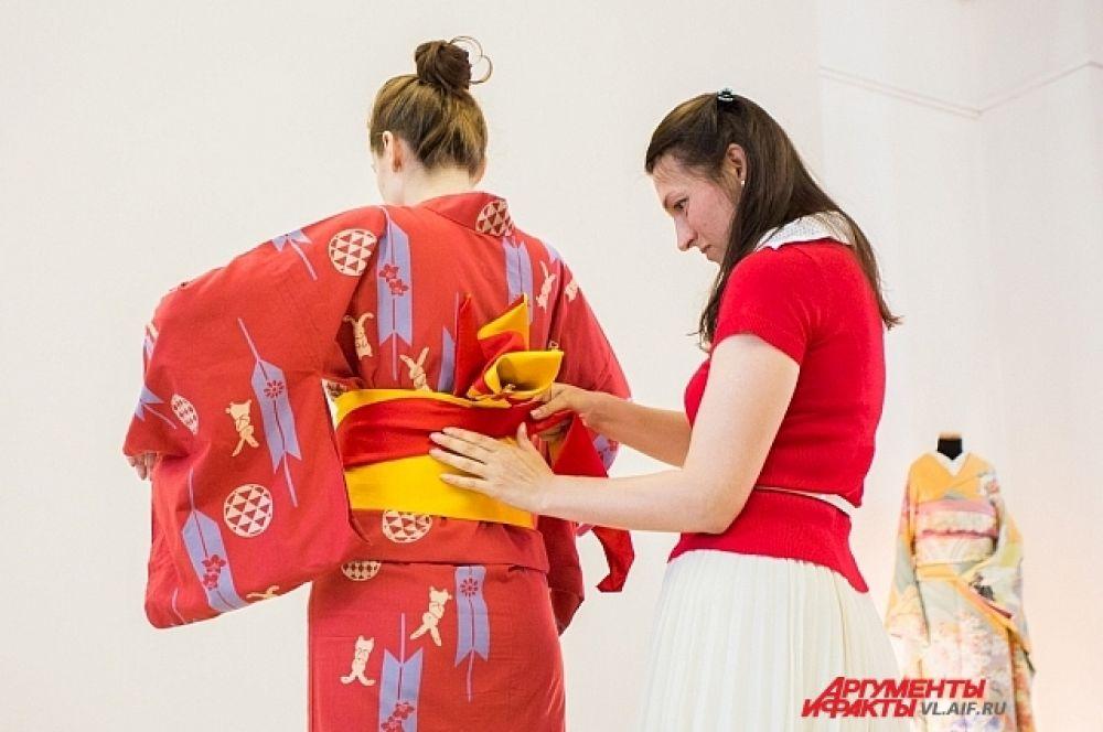 Надеть кимоно в одиночку - практически невозможно.