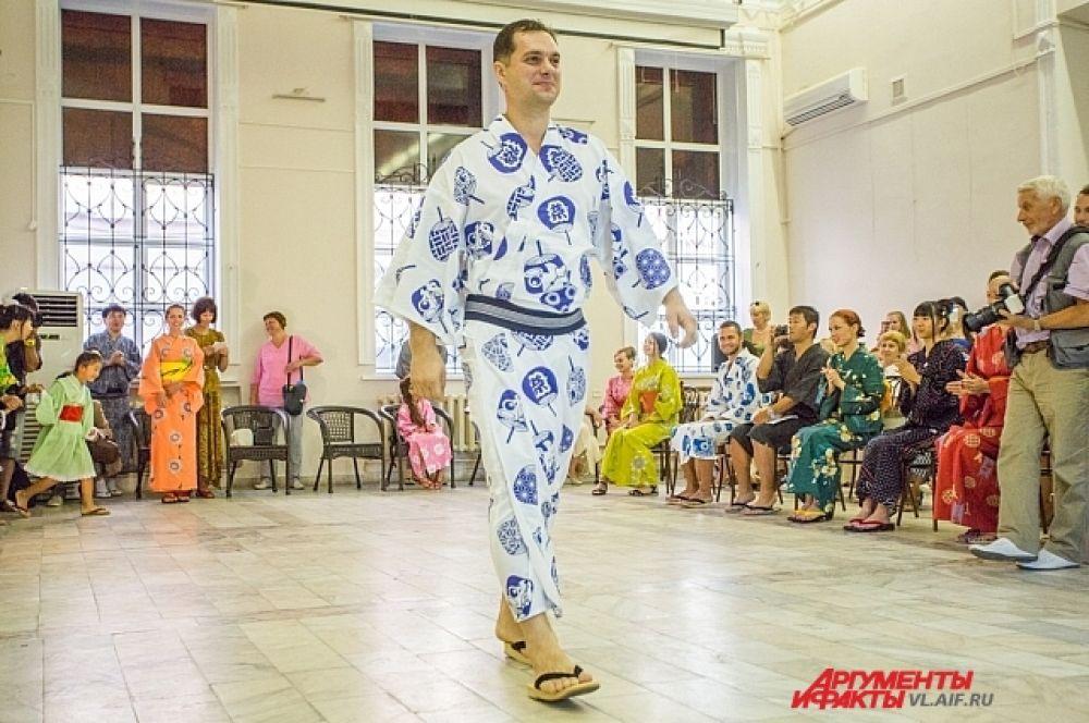Представители сильной половины тоже надели летнее кимоно.