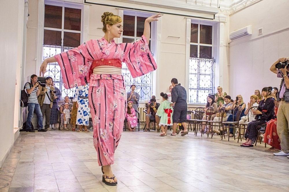Грация в кимоно, вид спереди...