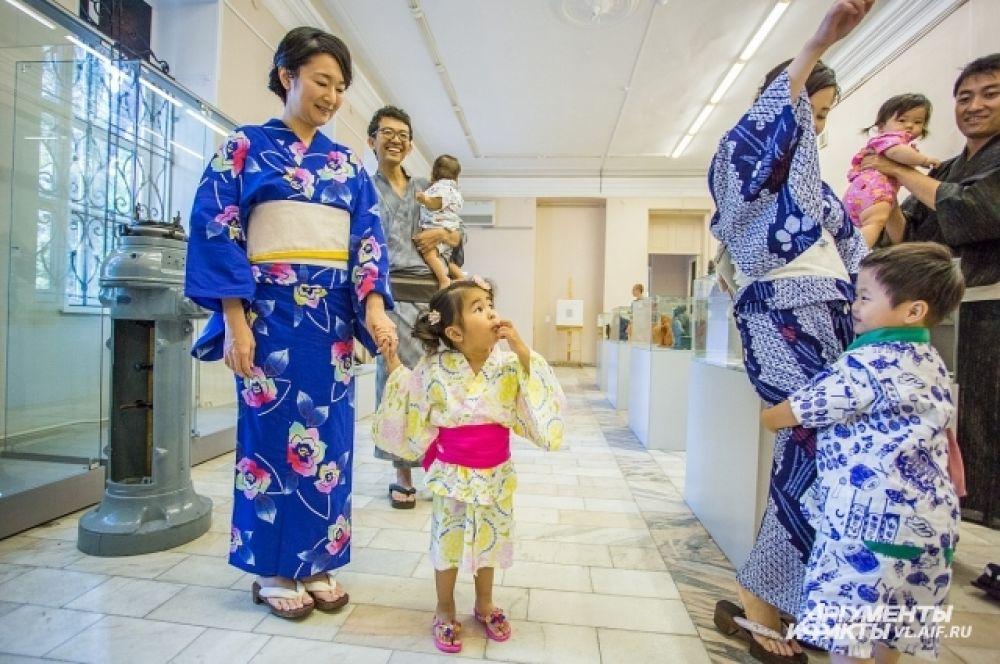 Искусство ношения кимоно легче постигается в детстве.