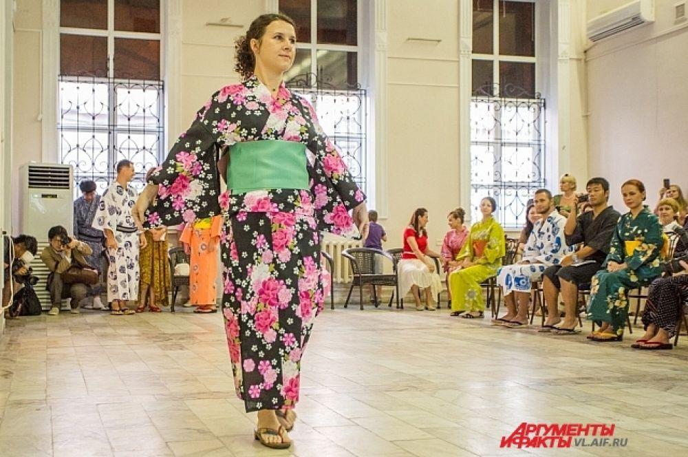 Надеть кимоно - это полдела, а вот пройти в нем - тоже искусство.