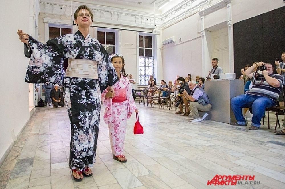 А вот русские стали прогуливаться в кимоно только недавно.