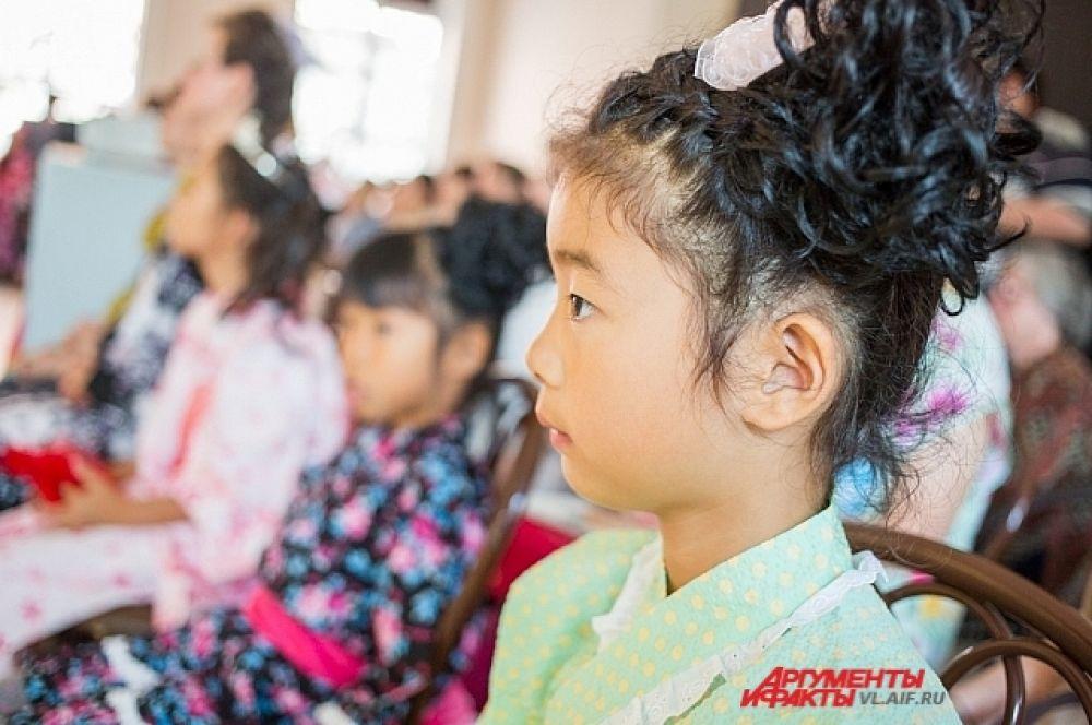 Маленькие японки с интересом смотрели на облачённых в кимоно европейцев.
