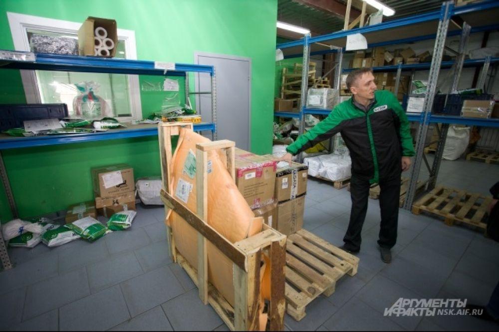Собираетесь сделать покупку в интернет-магазине, но опасаетесь обмана? Мечтаете поздравить близкого человека из соседнего региона цветами? Нашли в другой области необходимые лекарства, но не представляете, как их привезти? Ответом на эти вопросы станет обращение в службу экспресс-доставки «СДЭК». Наши корреспонденты посетили офис этой старейшей в Новосибирске компании экспресс-доставки, которая работает на рынке более 14 лет, и сделали несколько доставок в роли курьеров. Рабочий день курьера начинается с разбора заказов. Каких только услуг сегодня не оказывают курьерские компании!