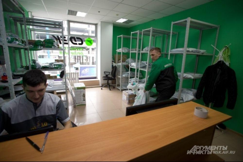 В одном из центров выдачи заказов «СДЭК». Площадь Маркса. Клиент не смог нас принять и заберёт посылку отсюда.