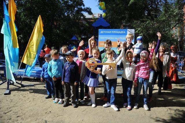 Новая площадка стала подарком детям от Омского НПЗ.