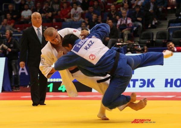 Кирилл Вопросов с соперником из Казахстана