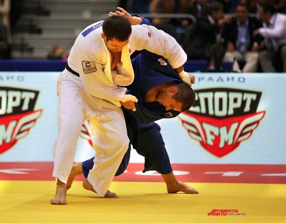 Кирилл Денисов с соперником из Латвии