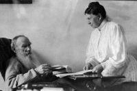 ев Николаевич Толстой обсуждает рукопись с женой Софьей Андреевной.