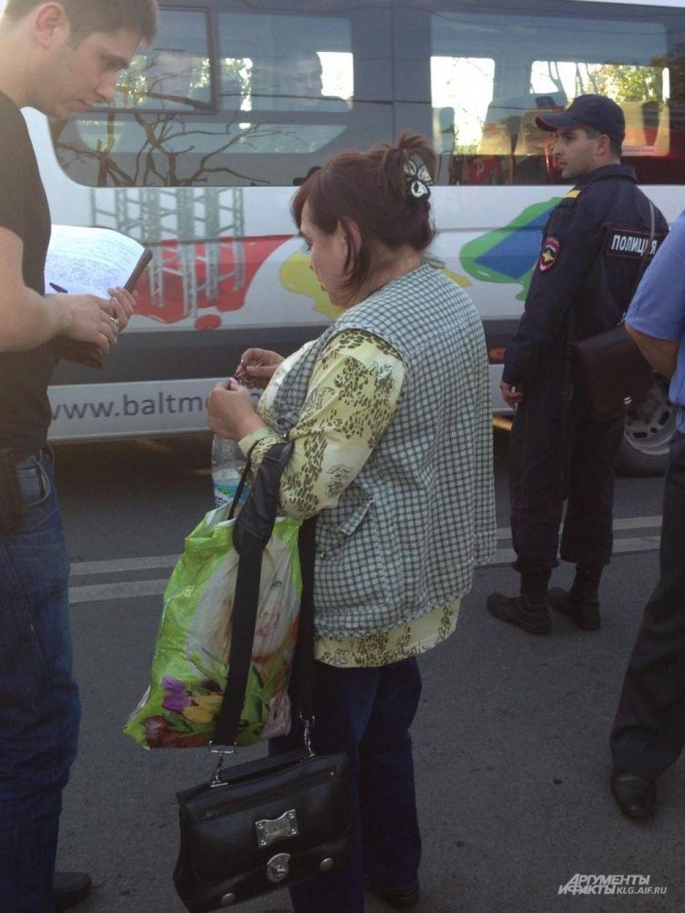Кондуктор злополучного автобуса - в состоянии шока. По её словам, от удара водитель вылетел из окна автобуса, она пыталась его поймать и тут все рухнули вниз.