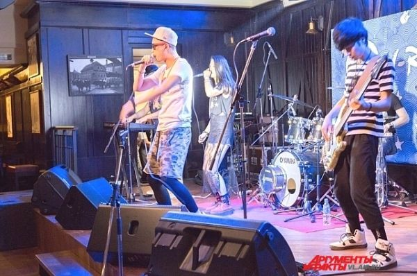 Для группы характерна комбинация танцевального рока и электронной музыки.