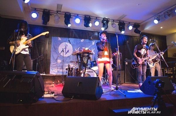 Музыкальный стиль группы объединяет хип-хоп, метал, фанк и панк с женским и мужским вокалом.