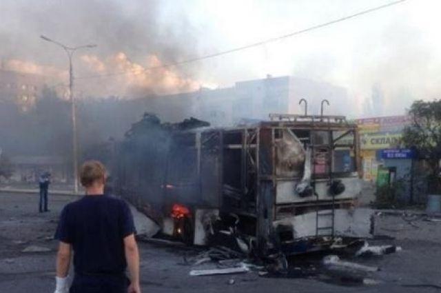 Пылающий троллейбус в Донецке на Привокзальной площади