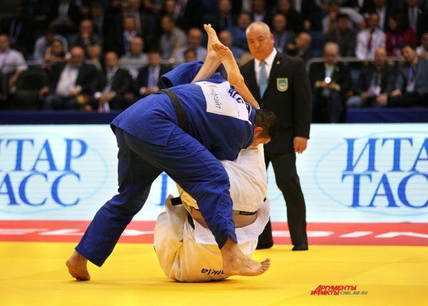 Ренат Саидов выигрывает схватку с алжирским спортсменом