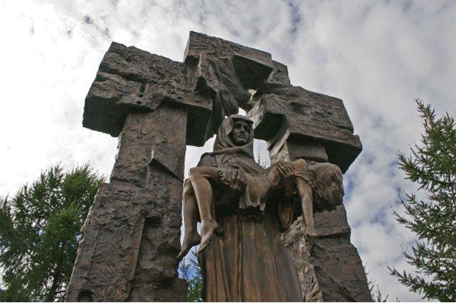 Открытие памятника «Детям Беслана» натерритории церкви «Успения Пресвятой Богородицы» (Блокадная церковь).