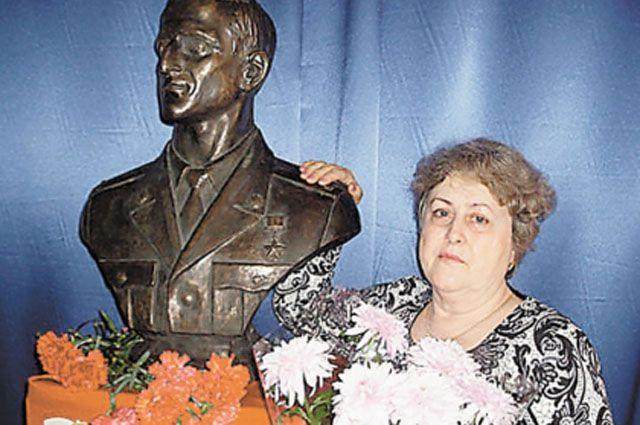 В школе, где учился Андрей, поставили его бюст. И часто приглашают в гости маму, Валентину Ивановну.