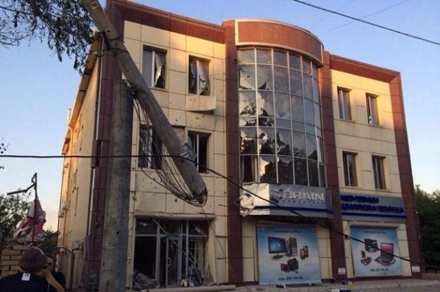 Одно из поврежденных обстрелами зданий в Донецке
