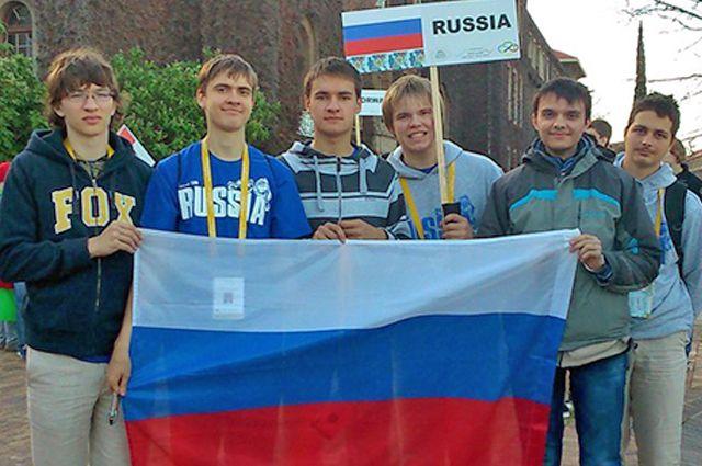 Алексей (второй слева) и Никита (четвёртый слева) в будущем планируют работать в России