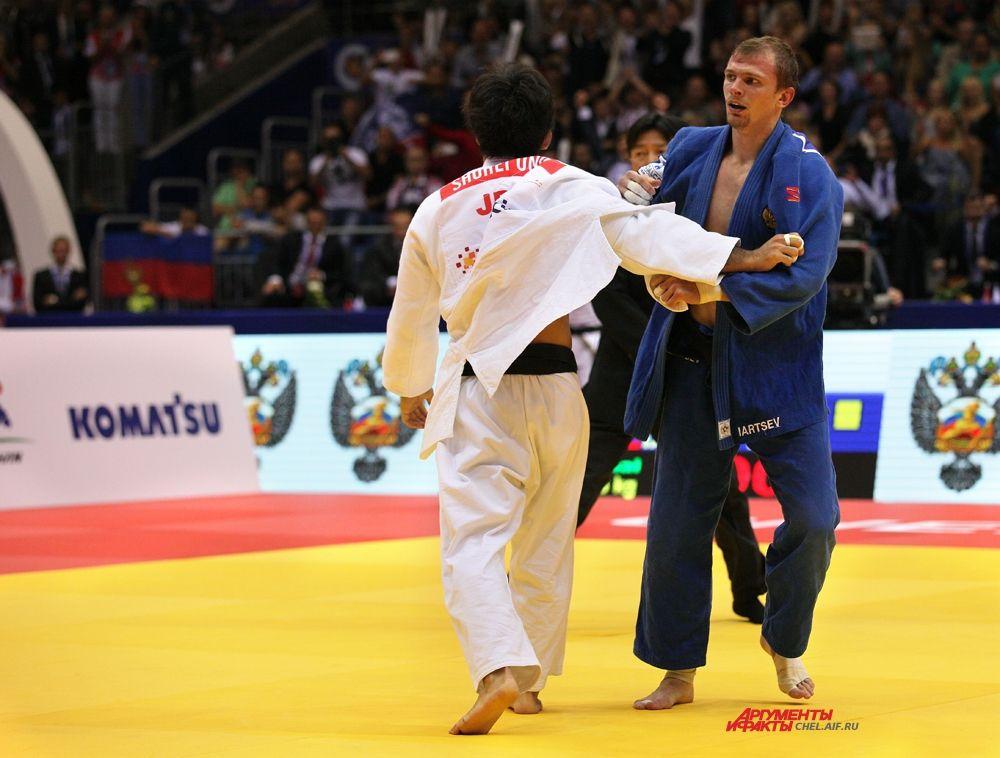 Денис Ярцев и японский спортсмен на татами