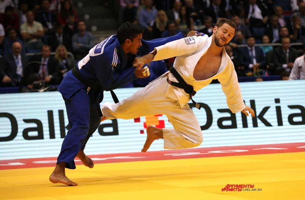 Российский спортсмен Магомедов на татами с соперником из Кубы