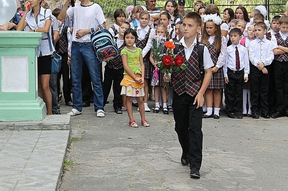 Цветы учителям стали дарить, едва открыли торжественную линейку.