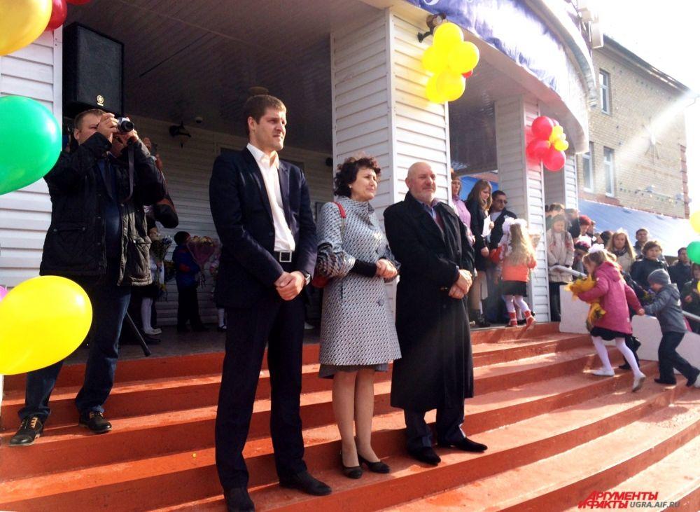 Представители городского департамента образования и директор школы - Вячеслав Гончаренко поздравили школьников с началом учебного года.