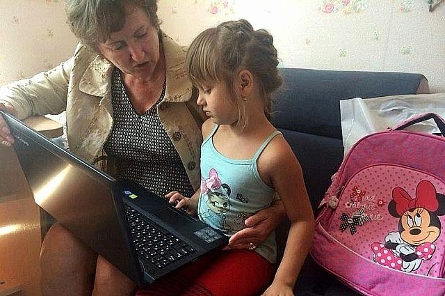 Первоклассница Соня Руденко получила в подарок ноутбук от главы края.