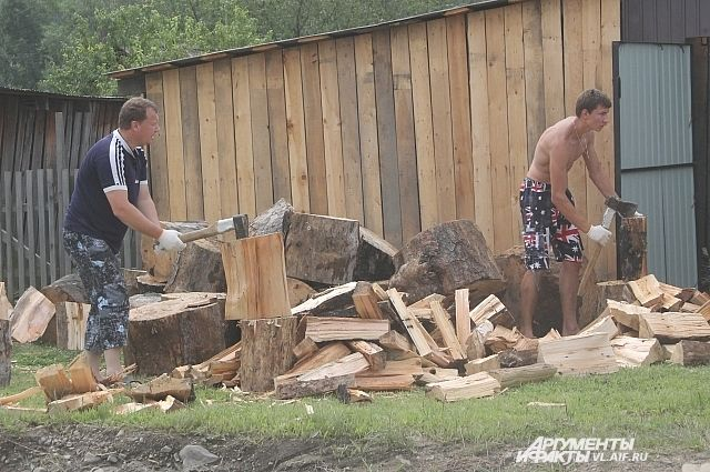Заготовкой дров приморцы заняты самостоятельно.