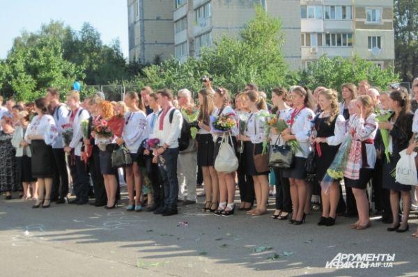 Старшеклассники на праздничной линейке в гимназии «Академия»