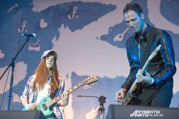 Победительницей оказалась Марина Андриенко из Санкт-Петербурга, прямо на сцене ей вручили приз — новую гитару Gibson.