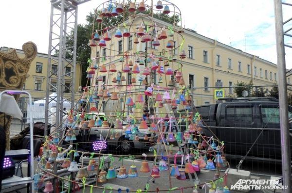 Петербуржцы собрали огромный колокол.