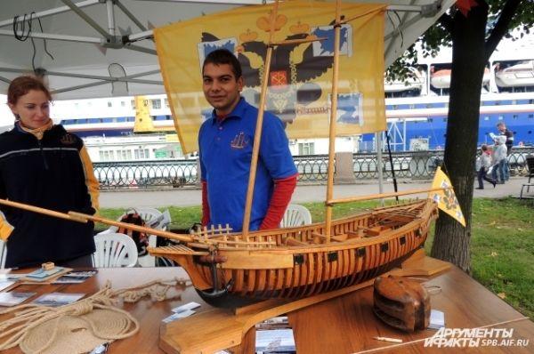 Гостей фестиваля научили собирать модели кораблей и вязать морские узлы.