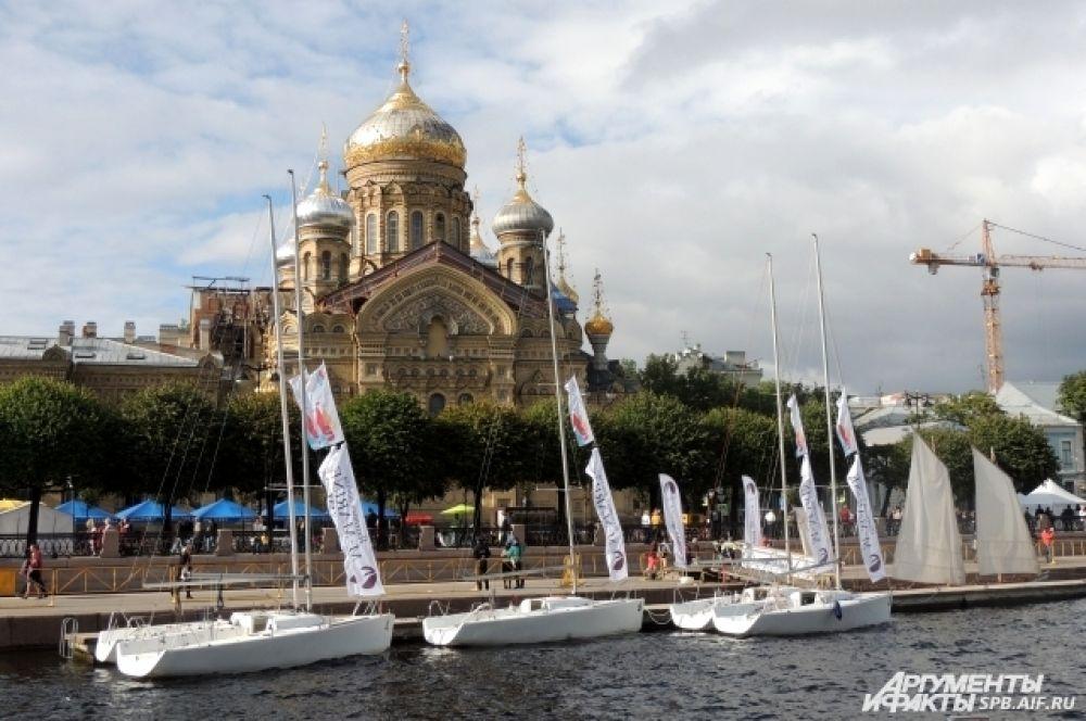 В акваторию Невы вошли победители парусной регаты.