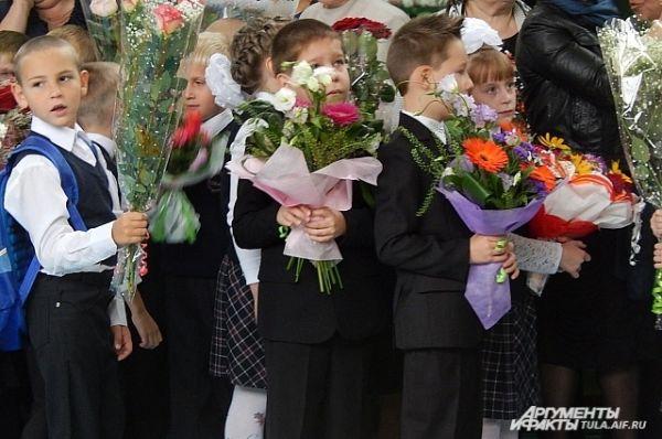 Как рассказывает заместитель директора по воспитательной работе Татьяна Кузовлева, в этом году в первый класс идут 35 первоклашек, а выпускается 19 человек.