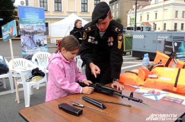 Дети научились обращаться с автоматом Калашникова.