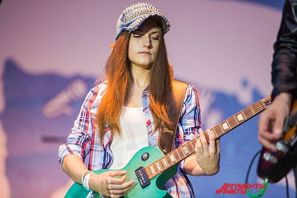 Вместе с «Мумий Троллем» выступила и победительница конкурса на самую лучшую гитарную партию к новому синглу группы.