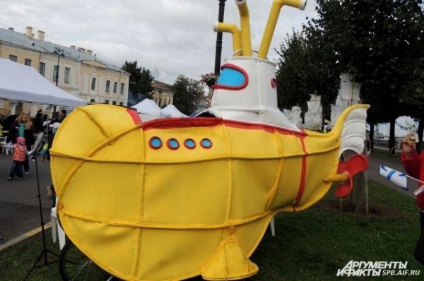К берегам Невы приплыла желтая субмарина.