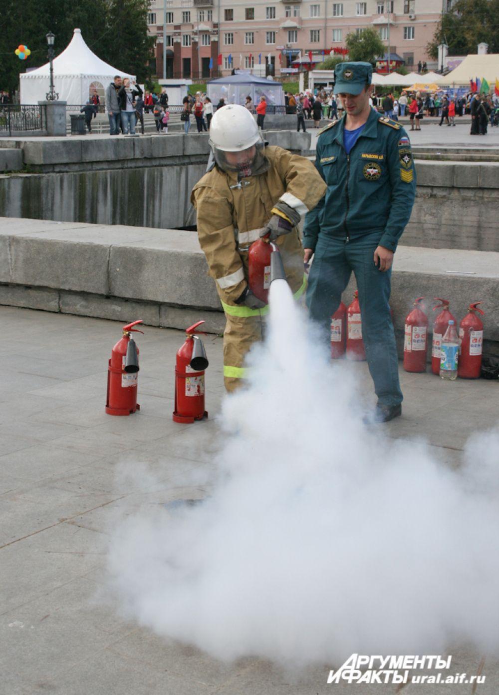 ...И сбивали пламя в настоящей экипировке пожарного.