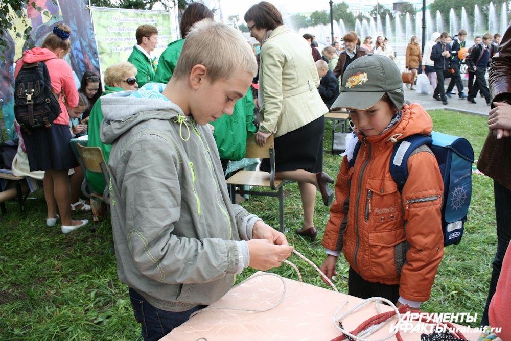 Отряд «Каравелла» обучает школьников нелегкому искусству завязывания морских узлов.