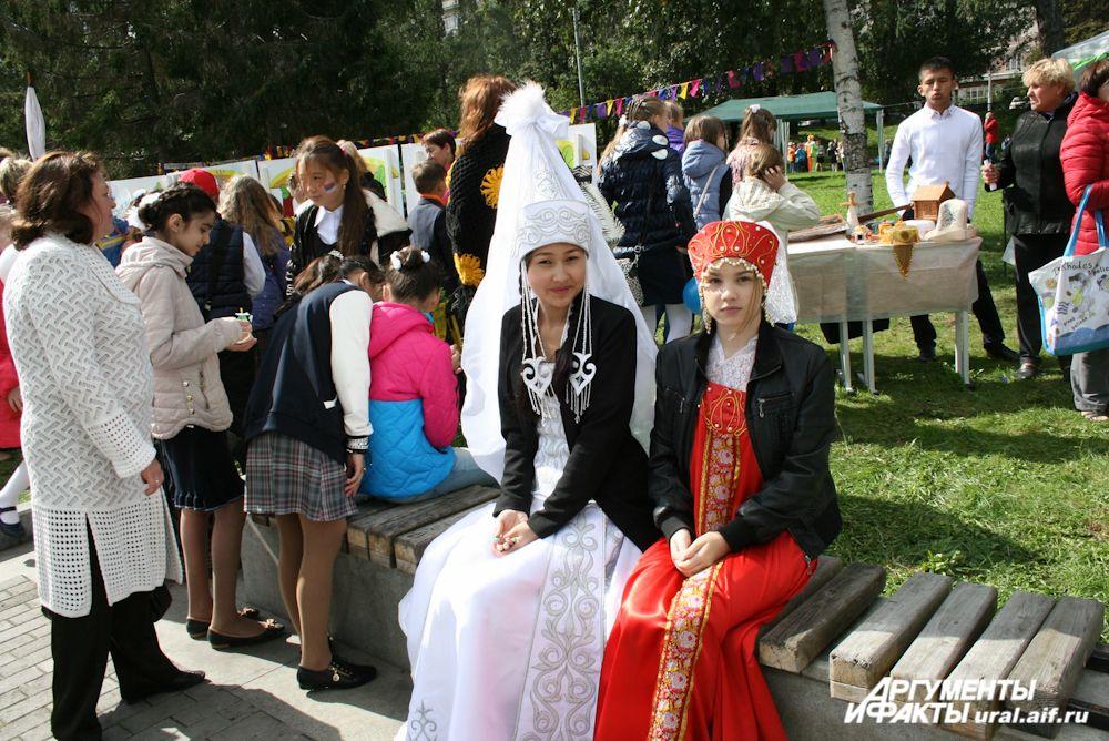 Национальные костюмы к лицу и современным школьницам.