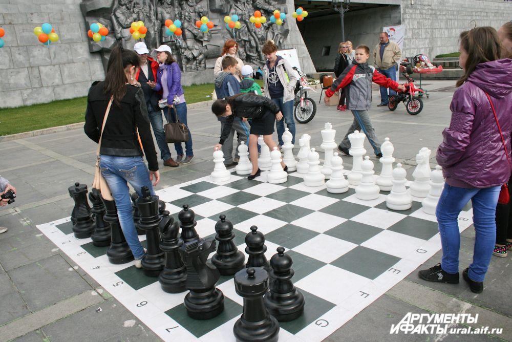 Не так-то просто разыграть партию в гигантские шахматы.